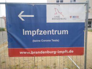 Foto von dem Hinweisschild des Impfzentrums in Potsdam - Aufschrift: Imfzentrum - www.brandenburg-impft.de